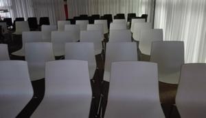 Photo von leeren Stuhlreihen.