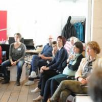 Photo des denkmodell-Büros mit Menschen, die im Kreis sitzen.