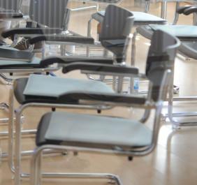 Bild mit leeren Stühlen
