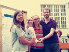Bild von 3 Kelleginen und einem Kollegen des denkmodell Teams welche den F&E Award gewonnen haben