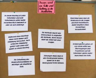 Foto mit Beispiele für Thesen aus einem Moderationstraining – hier für die Fotodokumentation auf einer Pinnwand gesammelt