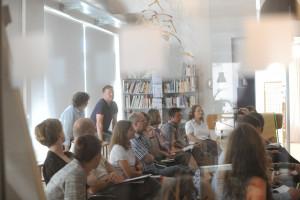 Foto auf dem unsere Teilnehmer der Trainer ausbildung zu sehen sind, die alle neben einander sitzen