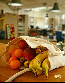 Foto mit einem Säckchen voller Mandariene und Bananen