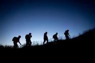 Foto in der Nacht mit fünf Menschen darauf und wandern