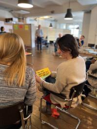 Foto mit zwei Frauen die sich unterhalten und dabei Lachen