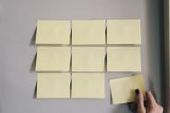 Foto mit 9 Post its die neben einander und unter einander jeweils immer 3 stück auf einem weißen hintergrund kleben