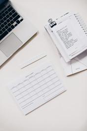 Foto mit Laptop, Kalener und Schreibblock auf einem Tisch