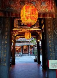 Foto mit einem Asiatischen Gebäude worin geld/orangeneLampingjongs hängen