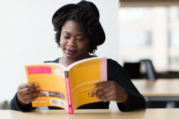 Foto mit einer Frau die ein Buch lisst