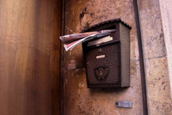 Foto mit einem vollen Briefkasten