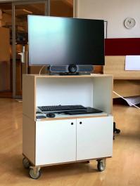 Foto mit Mikrofonsystem auf einem Medienwagen mit Bildschirm