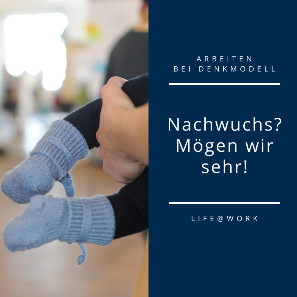 Zweigeteiltes Medium, links die Füße eines Babys, das von einer Hand gehalten wird, und rechts Text als Symbolbild für Nachwuchsfreundlichkeit bei Jobs bei denkmodell.