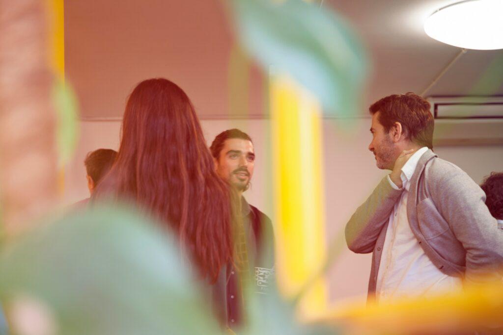 Foto von mehreren Personen in Gesprächssituation.